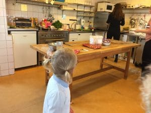 Kinderkookkafe Amsterdam Toddler takes food to kitchen